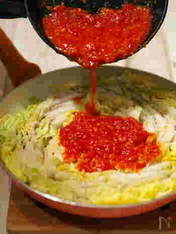 こちらは定番のミルフィーユ鍋にニンニクトマトを加えた和洋コラボのレシピ。これなら野菜嫌いなお子さんもモリモリ白菜を食べてくれそうですね。