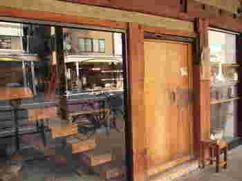 「soi」は和のアンティークや家具、作家さんの手作りの器などを扱うお店。時間をかけてゆっくり見たいオススメのお店です。