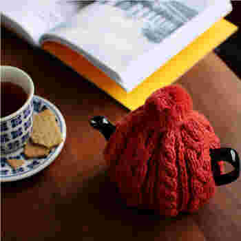 ポンポン付きのニット帽のようなティーコージーは、見た目がかわいいだけでなく、ポットにかぶせるだけで紅茶を冷めにくくしてくれる優れもの。秋冬のティータイムの必需品になりそうです。