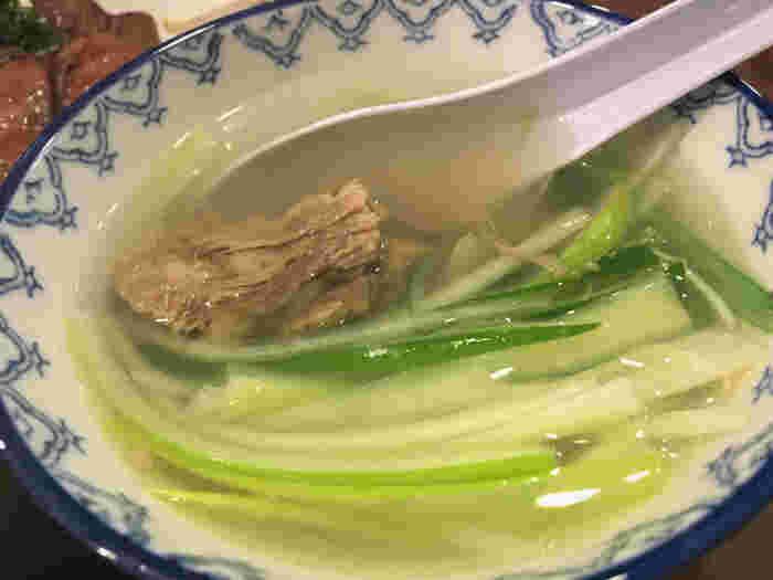 牛タンとぜひセットでいただきたいのがテールスープ。牛テールの旨みがたっぷりの透き通ったスープは、やさしい味わいで、シャキシャキのねぎもよく合います。ランチやディナーに本場の牛タンはいかがでしょうか?