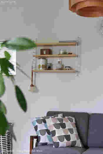 壁面収納は、壁に棚を取り付けることで好きなアイテムを飾ることも、収納することもできるスグレモノ。  自然とモノが多くなるキッチンや子供部屋、リビングにはぴったりのアイテムなんです。  こちらはスウェーデン発祥「ストリングシェルフ」を使った壁面。  カラーがまとまっておりインテリア映えするだけでなく、使うものだけを収納でき、いつでも取り出せる点も素敵ですね。