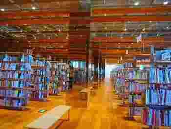 図書館には45万冊の蔵書が揃っており、3階は「児童図書フロア」、4階は「一般図書フロア」、5階は「参考図書フロア」になっています。参考図書フロア内には雑誌コーナーもあり、約500タイトルの雑誌がずらりと並んでいるため、見応えバッチリ。1階の情報コーナーは、朝の7時から開館するのも嬉しいですね。