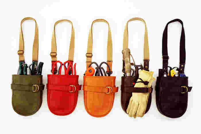 国内外の様々な鋏を入れるように設計された「PORTABLE TOOLBAG(ポータブルツールバッグ)」。タンニンなめしの栃木レザーを使用しており、美しい仕上がりになっています。カラーバリエーションも豊富です。作業服のコーディネートのアクセントとして色選びもできますね。 画像提供:LIFETIME