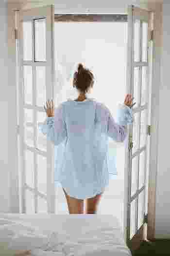 睡眠中は平均で約500mlの汗をかくため、寝起きはいつも水分が不足している状態です。そこで起き抜けにコップ1杯の水を飲むと、体に潤いが行きわたると同時に、腸を刺激して目覚めさせてくれます。