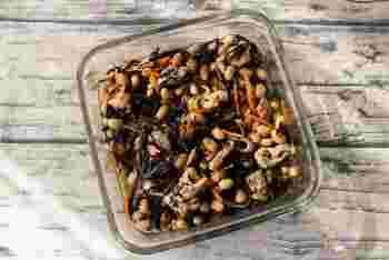 ひじきたっぷりのとり五目豆も、電子レンジであっという間に完成させることができる時短レシピ。紫外線が強く降り注ぐこの季節、大豆やニンジンなど肌が喜ぶ食材をたっぷり頂きましょう♪