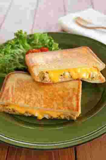 アメリカの定番ホットサンド、ツナメルト。サクサクの食パンに、ツナととろ~りとろけたチーズの組み合わせが絶妙です。 フィリングに、ゆで卵と粒マスタードを加えることでコクと旨味がUP!やみつきになる美味しさです。