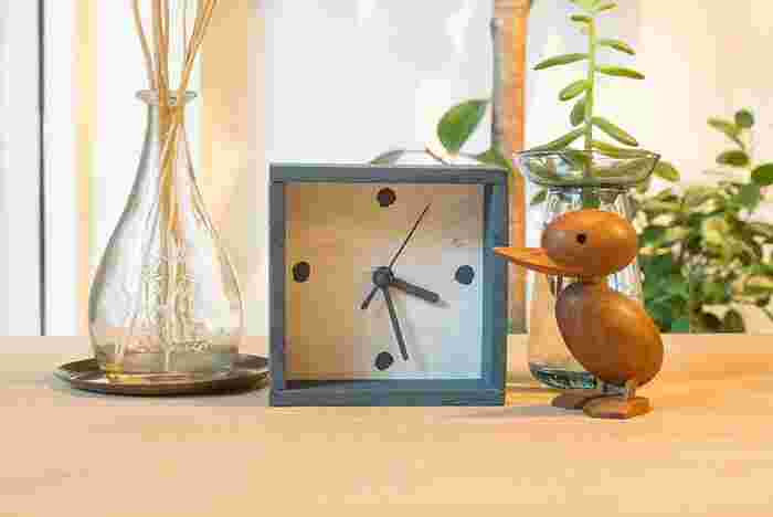 使わなくなった時計がもしあれば、ぜひリメイクしてみましょう。ムーブメントだけを取り外して再利用します。木材のパーツをカットして組み合わせて、好きなカラーにペイントすれば完成。カラーや数字も自分好みに描いて、オリジナルの時計を作ってみてください♪