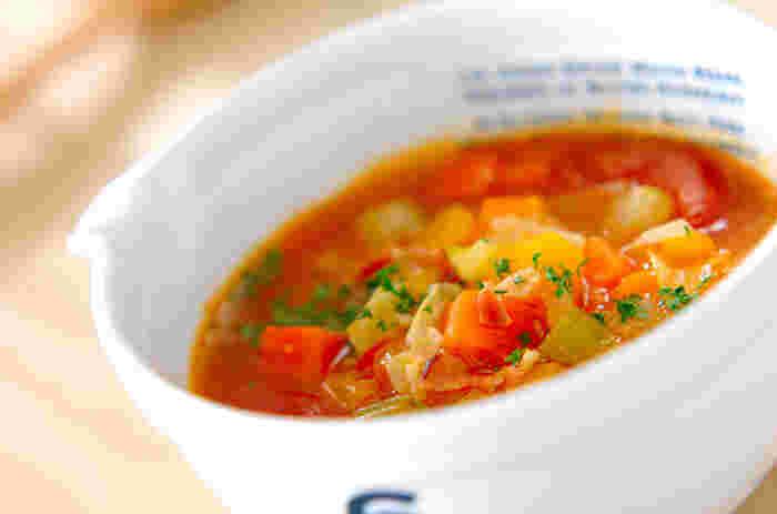 あたたかい具だくさんのスープも、おなかがほっと落ち着きます。 多めに作ったら、翌朝パスタやごはんを加えて、朝ごはんにリメイクしてもいいかも。