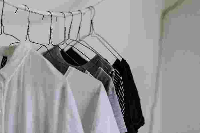 洋服をハンガーにかけたり、物干し竿にそのままかける「吊り干し」や洗濯ばさみがたくさんついた角ハンガーやピンチハンガーに干す「じゃばら干し」といったものが定番の干し方ですよね。  実は、その他にも色々な干し方があるのでご紹介しましょう。衣類によって干し分けることで時短になるだけでなく、傷みを和らげることにつながります。