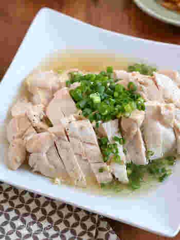味付けをして、レンジで10分加熱、冷まして切ったら完成という3ステップでできちゃうレシピです。鶏むね肉をニンニクや生姜の香味野菜と塩でシンプルに。暑さで食欲が落ちてきた時にも食べられるスタミナヘルシー料理です。