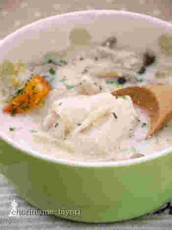 こちらのレシピでは小麦粉を使用せず、鶏肉に絡めたコーンスターチでとろみをつけています。豆乳ベースのスープに白菜がたっぷり入ってヘルシー。でもコクはしっかりあるのは、バターのおかげ。