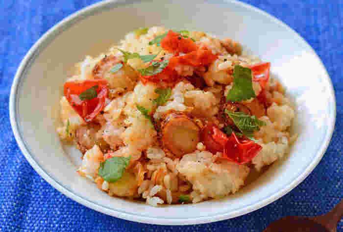 ベビーホタテとプチトマトをフライパンでササッと混ぜて、ご飯も追加した炒める混ぜ込みごはんです。醤油の香ばしさと大葉の香りもいい味出してくれていますよ。