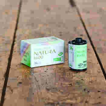 高精細・高感度1600の「NATURA 1600」フィルム。 今までの高感度フィルムは粒が粗くなるといった弱点がありましたが、こちらは細かくなめらかな描写が可能になりました。