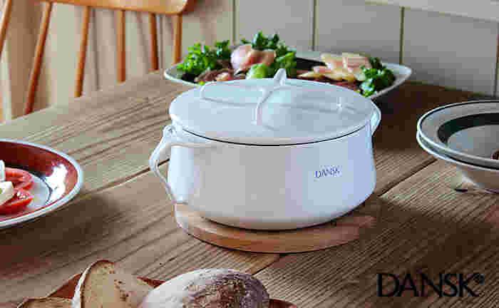 ヴィンテージとして世界でも人気のホーローシリーズ「DANSK(ダンスク)」社のコベンスタイル。こちらは、その復刻版のホーロー鍋です。ムラなく熱がまわり、煮物も芯までほっこ仕上がります。フタは、鍋敷きにもなり便利。おしゃれな北欧の香りをキッチンに♪