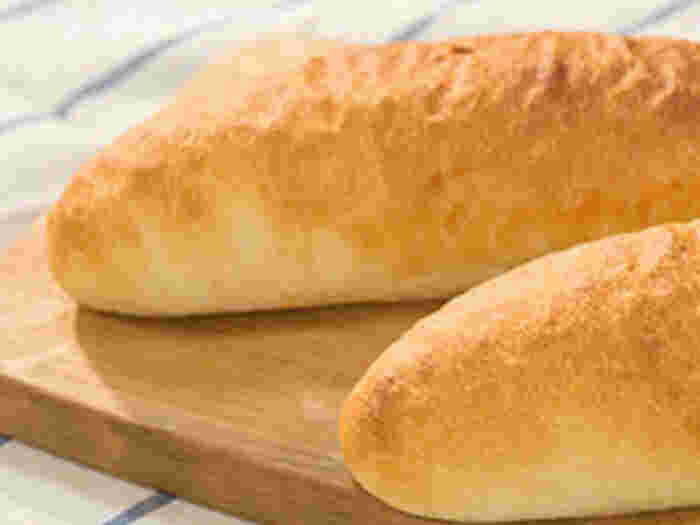 強力粉や牛乳、インスタントドライイーストなどで作る素朴な味わいのコッペパン。コッペパンの魅力であるシンプルな味は、どんな具材を挟んでも素材を引き立てて美味しくいただけます。ぜひ基本のコッペパンをマスターして、色々な具材を挟んでピクニックランチなどいかがでしょうか。
