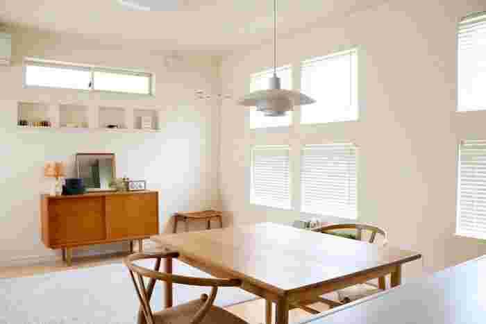 こちらのお宅のように、家具を厳選して、ラグの上に何も置かない空間をあえてつくるとより広さを感じます。白は、軽さや広がりをイメージさせる色。広いお部屋はより広く、狭いお部屋でも実際よりも広さを感じさせてくれることでしょう。
