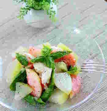 冬瓜に桃、モッツァレラチーズを合わせたスパークリングワインや白ワインにぴったりのおしゃれなサラダレシピ。夏のおもてなしにぴったりですよ。