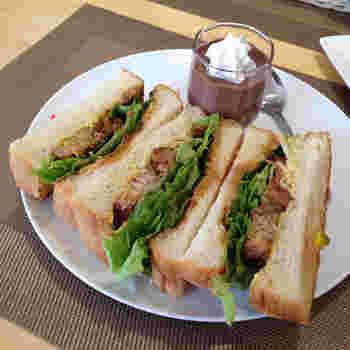 ランチの人気は、日光市の銘柄豚を使ったチャーシューサンド。甘辛いタレと豚肉の旨みがしっかりと感じられ、お昼ごはんにちょうど良いボリュームです。