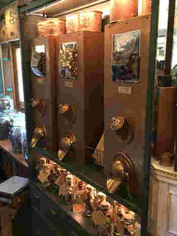 こちらはアンティークな機械仕掛けがかわいらしい「チョコレートボール」の量り売り。バーを回転させて出てくるチョコレートを袋や缶に詰めて購入します♪オリジナルの缶はここでしか手に入らないので要チェックです。
