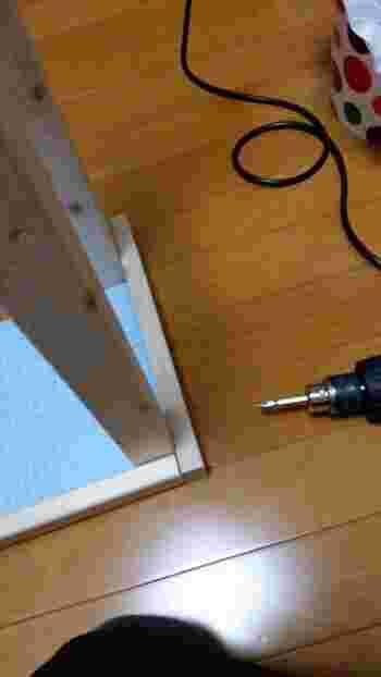 天板の裏側に枠を設ければ、脚を固定しやすくなったり、既存の天板の上から被せて設置できて便利です。