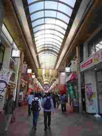 京都の真ん中を東西に走る三条通は、西は嵐山、東は滋賀県のすぐ近く山科まで続く通りです。中でも、河原町通から寺町通のアーケードは「三条名店街」とよばれ、老舗のお店も新しいお店もぎゅっと集まっています。