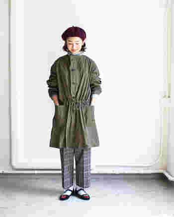 コットンナイロン素材のノーカラーコートは、さっと羽織る、ボタンを閉めてウエストをキュッと締めるなど、様々な表情を楽しむことができる1枚です。カジュアルなアウターですが、ベレー帽と黒パンプス×白ソックスの組み合わせで、レトロな印象をプラスしています。