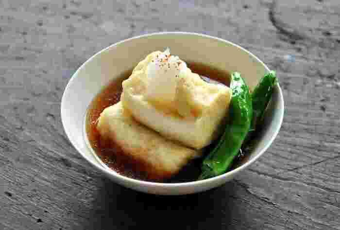 豆腐にひと手間を加えるだけで、素材の味を生かした丁寧な料理が完成します。 揚げ出し豆腐は、豆腐レシピのなかでもマスターしておきたい一品。上品な味わいなので、来客時にも重宝します。 美味しい揚げ出し豆腐をつくるポイントは、木綿豆腐を使って、低めの温度で揚げること。つゆのレシピもチェックして、自宅でも本格的な揚げ出し豆腐を楽しみましょう。