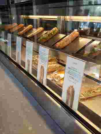 「春よ恋」「ゆめちから」などの北海道産小麦はパンに最適。小麦にこだわったパン屋さんが札幌市内に増えています。赤れんがテラスに出店する「ブーランジェリー coron」は、観光客にも、地元のオフィス客にも大人気です。春から販売開始のサンドイッチシリーズ「シュクレサレ」でランチはいかが?
