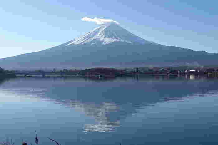 河口湖は、東京から車や電車で約2時間のところにある日本を代表する行楽地。首都圏からアクセスしやすいので、富士山エリアの観光拠点としても有名ですね。また、富士五湖の中でも特に美しい逆さ富士を見ることができるスポットとしても人気があります。湖面に映し出される逆さ富士の姿は、思わず見とれてしまうほどの美しさ。
