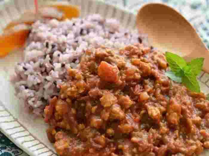 トマト、黒米、そして柿ジャムを隠し味に使ったカレー。柿ジャムはカレーによく使われているマンゴーチャッツネのように、味を一段とまろやかに美味しくしてくれます。