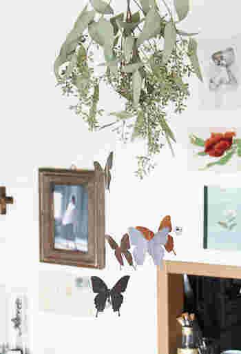 蝶の形に切り抜いた紙を、糸でドライフラワーと合わせて吊るしたモビールです。ドライフラワーに蝶が集まってきているように見えますね!