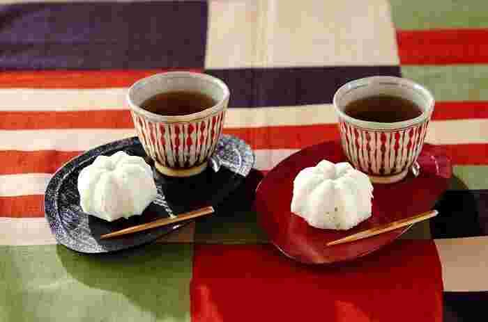 こちらは定番おやつのユニークなアレンジレシピです。かるかんとココナッツが合わさった味わいにぜひ挑戦してみてください。米粉のもちもち感とココナッツミルクの優しい甘さが魅力。日本茶のほか、紅茶やコーヒーにも合いそうですね。型に入れて蒸すので、お好みの型を選べば好きな形にできますよ♪