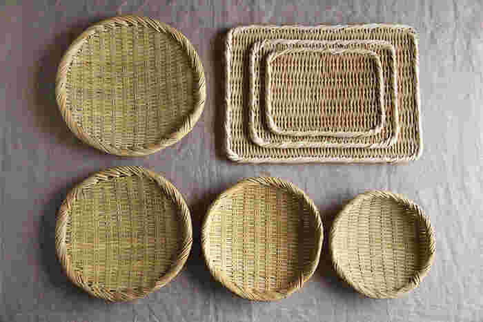昔の日本では当たり前のように使われていた竹ざる。軽くて丈夫で割れる心配もなく、水の膜ができにくいので食べ物を扱うのに最適なんですよ。国産の竹を使って作られた松野屋の「竹ざる」は、職人の手によってひとつひとつ丁寧に作られています。使い込むほどに色艶が増し、経年変化を楽しむことができる「育てるざる」です。
