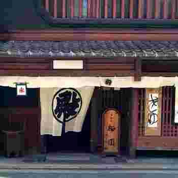 栖園は、京都市営地下鉄「四条駅」から徒歩6分、「烏丸御池駅」から徒歩8分ほど。月替わりの蜜がかかった寒天の「琥珀流し」も有名です。お土産には、レモンのスライスが入った「レースかん」をどうぞ。