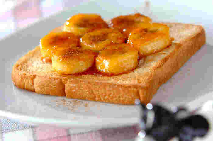 トーストに、キャラメルに絡めたバナナをトッピングし、上からシナモンパウダーを振った「キャラメルバナナトースト」。朝から元気を出したいときにぴったりの一品です!