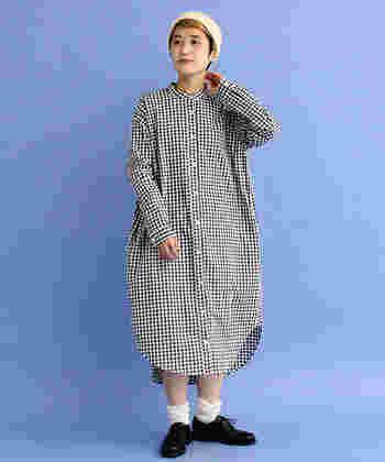 ゆったり着られるギンガムチェックのシャツワンピースは一枚で着るだけで即おしゃれ見えするので、コーデを考える必要もありません。チェック柄はモノトーンを選ぶと、甘くなり過ぎないのでおすすめですよ♪