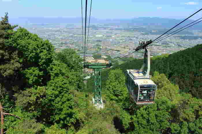 葛城山には、山麓と山頂を結ぶロープウェイがあります。体力に自信がない方は、ロープウェイを使って葛城山の山頂へアクセスし、山を降りるときに森林浴を楽しむこともできます。