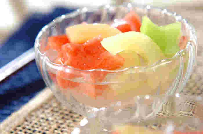 涼しげな葛きりと星型のフルーツは、食後にぴったりのデザートですね。