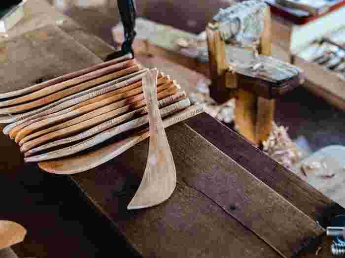 鉋で削られるのを待つ木ベラの型。側面からでも、木の個性がひとつひとつ違うことがわかります