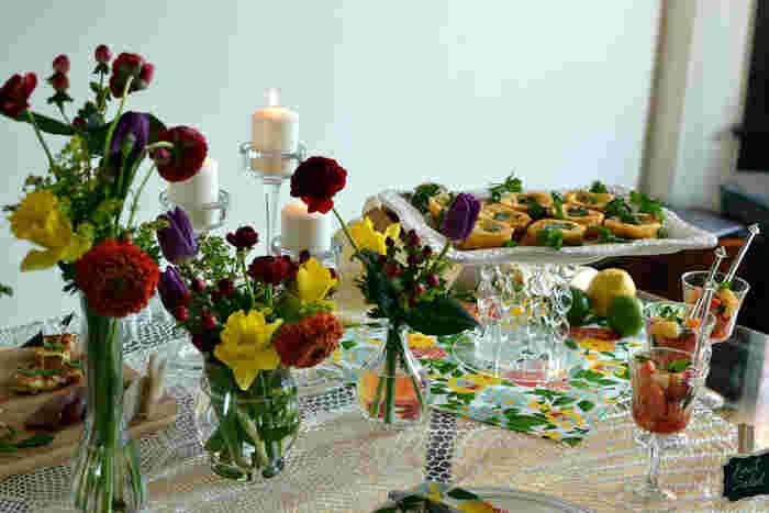 カラフルなお花を取り入れたデコレーション。  お花の高さを変えることでテーブルセッティングが立体的に演出できますね。