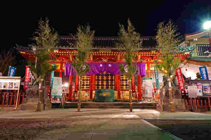 """浅草寺の裏手、""""観音裏""""と呼ばれるエリアにある「浅草神社」。ここには、浅草寺の観音さまを見つけた2人の兄弟と、その仏像が観音さまであると見抜いた1人の男性、あわせて三柱が神さまとしてまつられています。鮮やかな赤と金色が美しい社殿は、1649年に第三代徳川将軍家光公に建てられたもの。度重なる震災などの被害を奇跡的に免れ、現在も当時の面影がそのまま残っています。"""