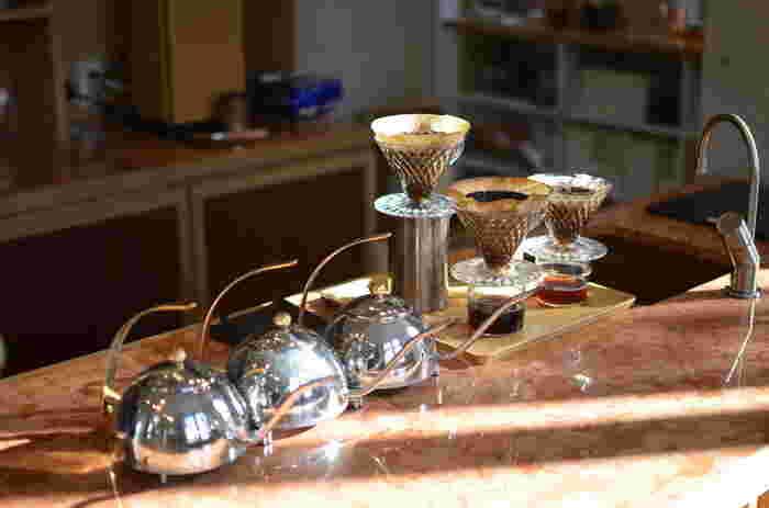 コーヒーケトルやクリスタルドリッパーなど、美しいフォルムの道具も見どころです。