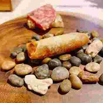 イタリアで腕を磨いてきたシェフが手がけるお料理は、伝統を活かしつつ新しいエッセンスを加えているのが特徴です。ランチは月替わりのコース。  ある月の前菜は、春巻きの中に野菜を煮込んだカポナータとバジルが入ったものや、サラミなど。斬新な盛り付けが印象的で、食事が楽しくなる演出はさすがです。