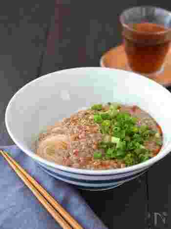 ゴマ油の香りとにんにく、ラー油でピリッと辛い、豚ひき肉のあんが食欲をそそる中華風の一品。トロッとしたそぼろあんは、合わせ調味料と一緒にレンジで簡単に完成!残ったら、素麺だけでなく、豆腐やご飯にかけても相性抜群です。