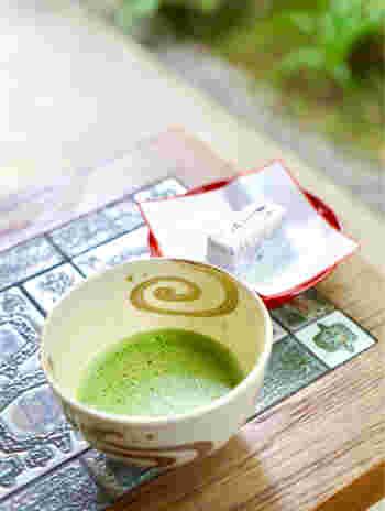 明月院月笑軒(めいげついんげっしょうけん)では、コーヒーや抹茶、甘酒などの飲み物があり、お散歩のひとやすみにぴったりです。