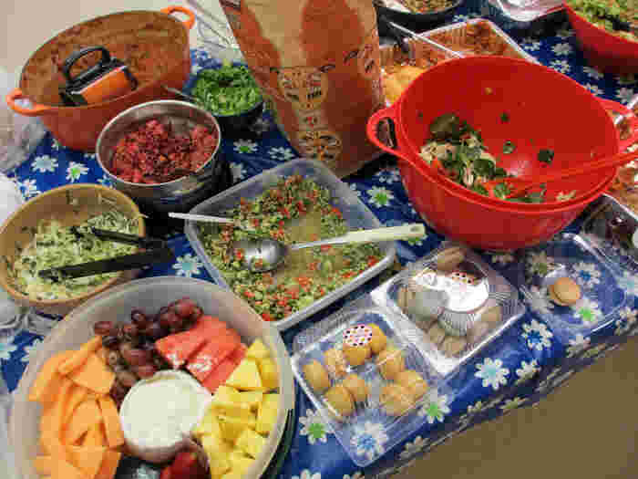 パーティーによりますが、皆で食べ物を「分担」することも多いんですよ。たとえばザリガニパーティーであれば、ホストがザリガニを用意してゲストがお酒、飲み物、パン、パイやデザート、果物などを持ち寄りします。手土産を何にしようかなと悩むよりも、必要なものを予め頼まれる方が楽な時もありますよね。これこそ、主催する側も招かれる側も気兼ねなく参加できる秘訣かもしれません。
