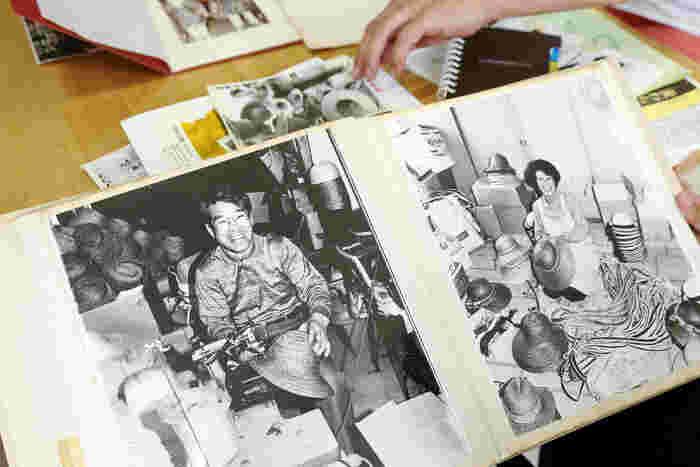 当時の英雄さんのご両親。そこに写されていたのは、たくさんの麦わら帽子と満開の笑顔でした