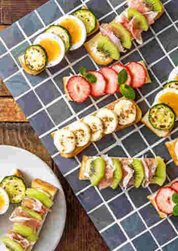 1枚の食パンを4等分し、ズッキーニ&卵、生ハム&キウイ、イチゴ、バナナの4種のオープントーストが楽しめるスティックパン。とても美しくて、しかも食べやすい、朝食にもおすすめのビジュアルトーストです。