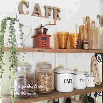 サイズの違うものを並べたり、好きなカラーを組み合わせたり、キャニスターはテーブルの上やキッチンを明るく彩ってくれるアイテムでもあります。お気に入りのキャニスターを使えば、苦手な片付けや収納ももっと楽しくなるはず♪ぜひ我が家のキッチンにぴったりのキャニスターを見つけてみてください。