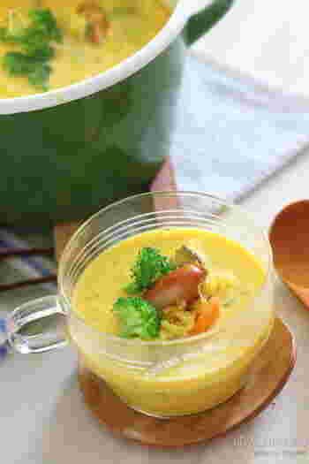 甘いものが食べたい時、菓子パンを選ぶのではなく、自然な甘味のある「かぼちゃ」を選んでみませんか。  このスープはかぼちゃの甘味だけで、砂糖をプラスしていません。そのため、素材のやさしい甘みを味わうことができますよ。  冷えた体の中からしっかりと温めることができるので、夜ごはんのスープとしても優秀です。